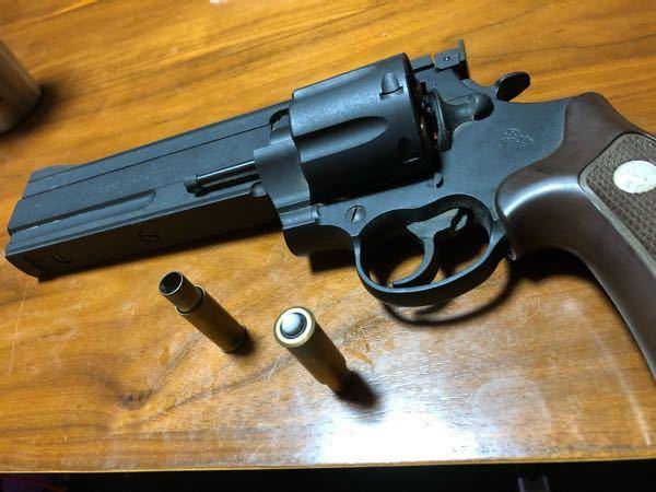 マルシン コンストリクターについて 中古ショップにてコンストリクターのジャンク品を購入した。 店員さんにジャンク理由を聞いてみたところカートリッジに弾が入らない為ジャンクにしたみたいなんです。 家に帰り試したところ6mmBB弾が全くはまらないんです。 この場合6mmより小さいBB弾は存在するのでしょうか? また調べたところコンストリクターは8mmBB弾を使用するタイプの物があるそうでこの場合カートリッジが違うという事なのでしょうか? どちらにせよ1000円で買った物なので撃てなくとも綺麗にして鑑賞目的で良いかなと思っております。 ご存知の方がいましたら教えて頂けると幸いです。宜しくお願い致しますm(__)m