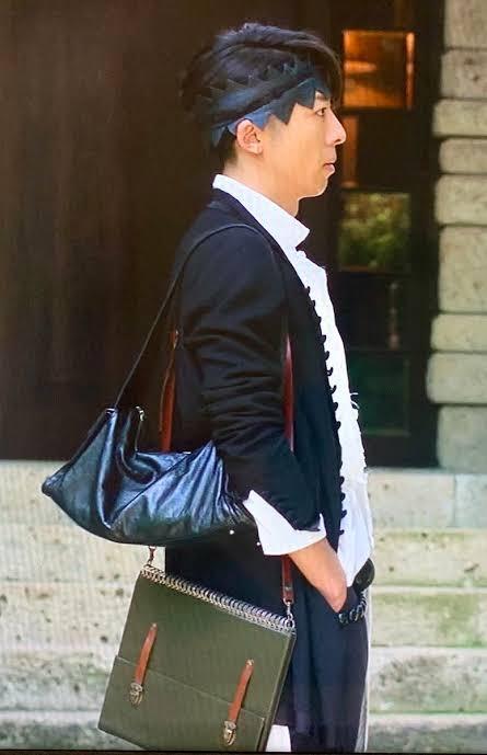 NHKで放送された実写ドラマ「岸辺露伴は動かない」にて、高橋一生演じる岸辺露伴が使用していた鞄について質問です。 この鞄は何という種類になりますか。例えばショルダーバッグなどの分類にすると何に入...