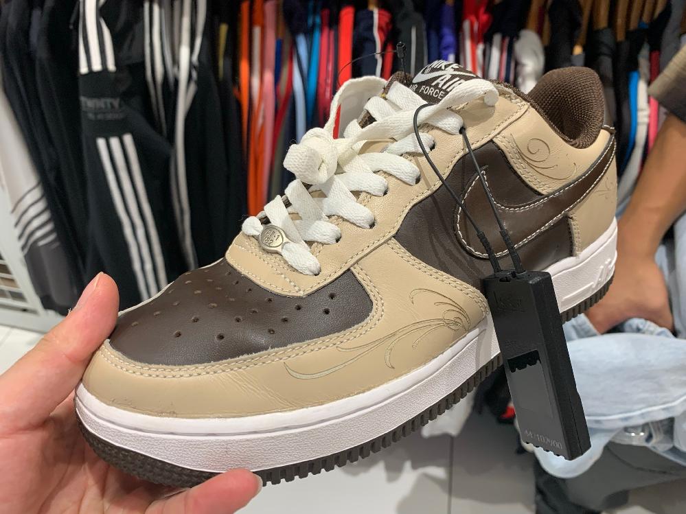 スニーカーマニアの方に質問です。 昨日セカンドストリートで靴を見ていたら渋めなair force1を見つけたのですが詳細がわからないです。なんてモデルか知ってる人がいたら教えて欲しいです!
