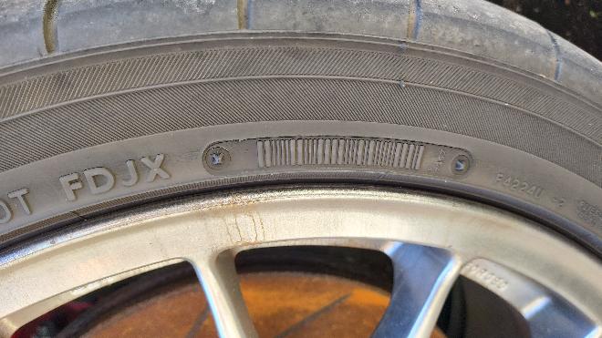 タイヤの製造年について質問です。 タイヤはネオバAD08Rなのですが、4本中2本の製造年が分かりません。 分かる2本は写真のバーコードみたいになっているところに数字があったので確認出来ましたが、残り2本が写真のようになっていて確認出来ませんでした。 ちなみに、タイヤは4本同時に交換しました。 分かる方いませんでしょうか?