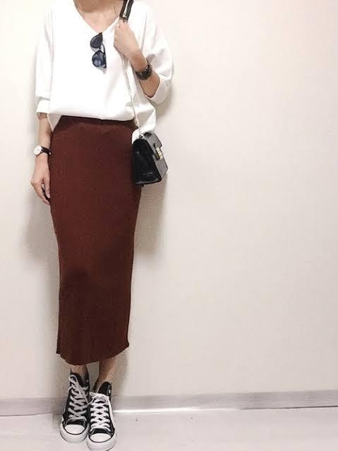 オフィスカジュアルで、この写真のコーデでサングラスなし、足元はパンプスだったら違和感ありますか? 茶色のニットスカートに白のブラウスです。