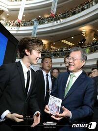 EXOもそうですけど、何故SMのアイドルって大統領などの政治関係者と交流する機会が多いんですか?写真はNCTのジェミンと文在寅大統領です。