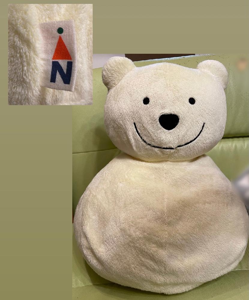 画像のクマのぬいぐるみのメーカーについてです。 小さい頃に買ってもらってから、ずっと大切にしているぬいぐるみ、どこのメーカーのものなのか知りたいのですが、タグを見ても全く分からず… どこのもの...