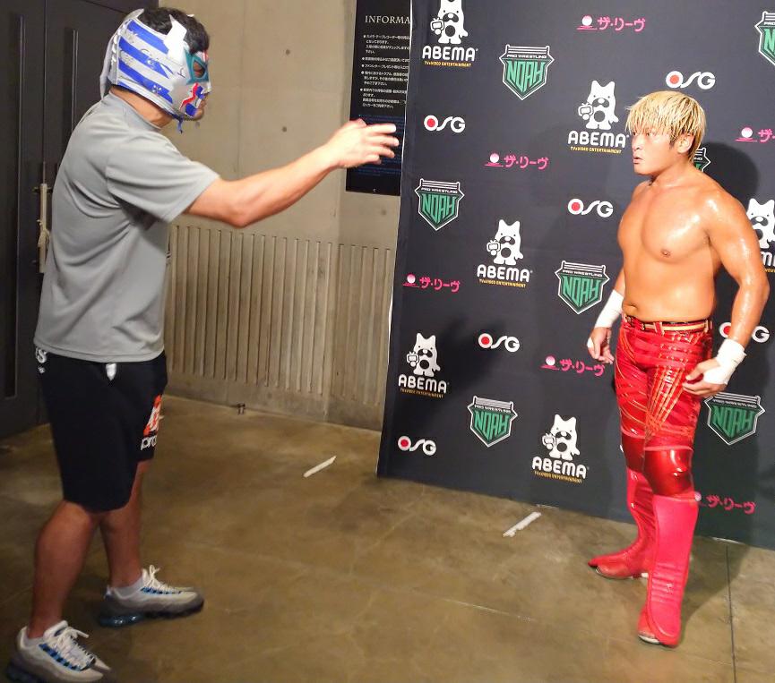 写真の2人は、プロレスラーだそうですが、随分、身体が違いますよね。 金髪で赤のジャージの人は、やけに小さいですが、強いのですか?