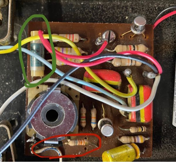 エレキギターのヴィンテージワウペダルのクライドマッコイピクチャーワウを持っているのですが、抵抗が一つ欠損しています。写真の赤丸が欠損しています。通常、緑丸と同じ抵抗がつくようですが、それと同じものはあ りますでしょうか?調べても抵抗についての知識はなくあまり情報が出てきませんでした。