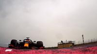 F1 の実況で時々路面に仕込んであるカメラの映像が流れますが これってもちろん路面に対して真っ平にしてあるんですよね。  カメラを真上に向けて地面に埋めて鏡で反射させて撮ってるんですかね?