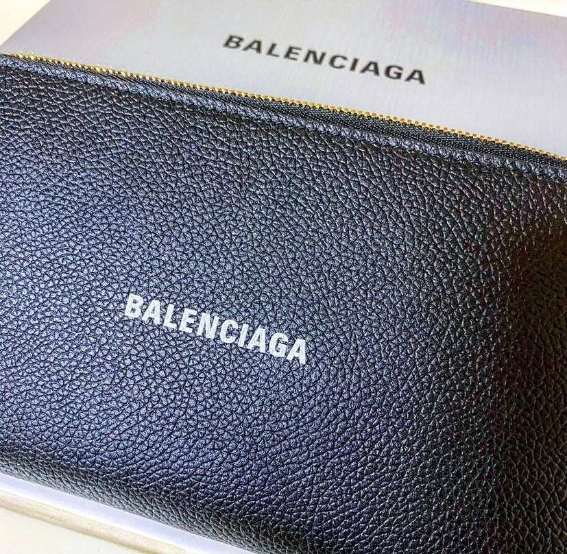 バレンシアガの長財布ですが、ロゴの部分って何年消えないですか?もちろん、ポケットなどに入れません!
