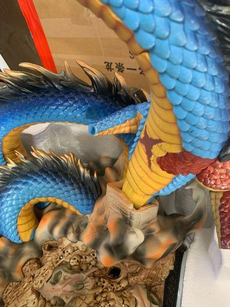 ワンピースのカイドウの海外フィギュアを購入したのですが 龍のパーツを取り付けたいのに 腕が龍の背中に当たるのでどう考えても取り付け無理です。 これってどういう事? あと龍の目ん玉が写真と違う...