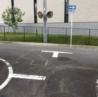 最近近所のT字路に一方通行の標識が立てられました。(写真参照) 左折をしたら違反になりますか? 尚、左側には通行禁止等の標識はありません