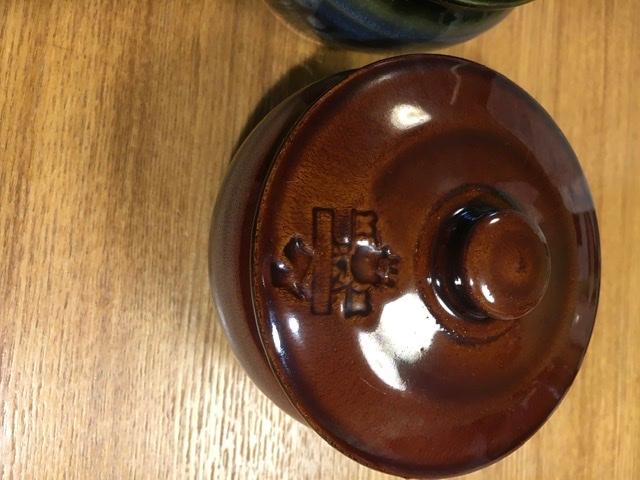 骨董市で見つけてきた壺ですが、蓋と裏に王冠を被ったクマ?みたいなマークがついています。どう言ったものか出自がわかる方いらっしゃいましたら、よろしくお願いいたします。