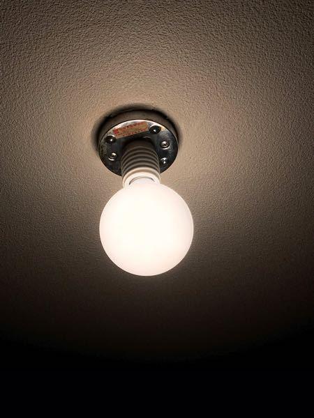 古いマンションに住んでいます。玄関のライトなのですが、電球型のライトしかつかないタイプで小型のシーリングライトをつけようと考えています。 ここから引き掛けタイプに変えるパーツ?はありますか?