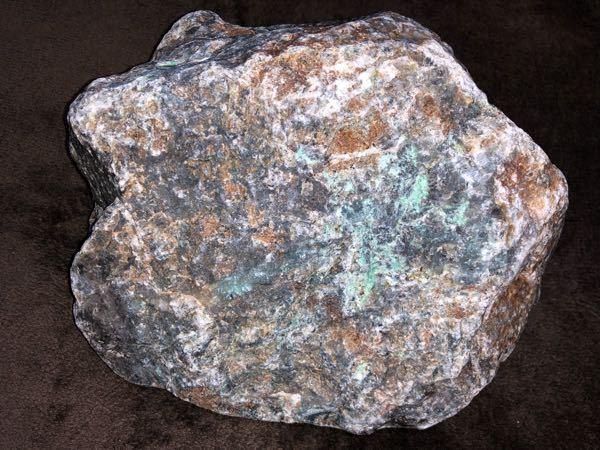この石は何という石でしょうか。 先日、翡翠を拾いに翡翠海岸付近をあちこち巡り、拾ったものです。 緑色に惹かれて拾ったものの、結局何の石かわかりません。 教えて下さい。