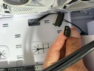 パソコンにかなり詳しい方、是非助けて下さい!! PCケース(AIR 100 ARGB)を購入しました。 ファンのLEDを制御する3ピンのコネクタがあるのですが、ツクモさんの店員さんに聞いた所、そのコネクタはマザーボードのRGBに挿さなきゃいけないが私の使用しているマザーボード(ASUS PRIME B460M-A)のRGBのピンは4ピンで企画が違うから挿せないと言われました。そこで店員さんが、もしかしたらUSBピンから電源を取ってくる形で変換ケーブルがネットで探せばあるかも??との事で探してはみたのですが探しきれませんでした(T . T) かなり難しい質問だと思いますが何かわかるかたがいらっしゃいましたら宜しくお願い致します。