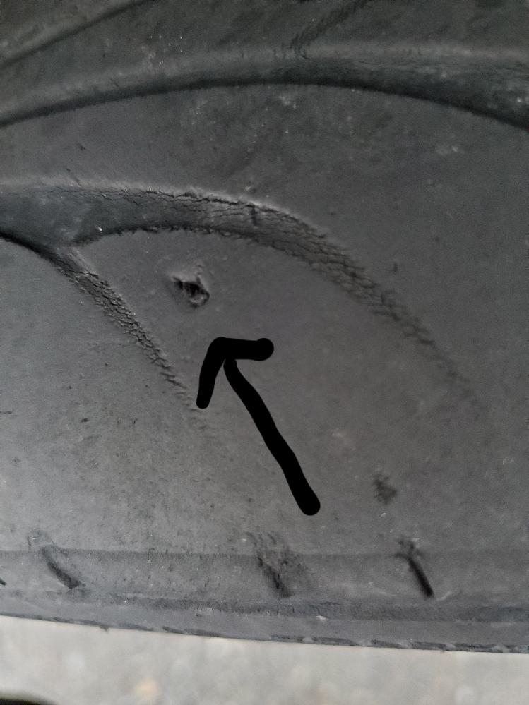 タイヤを見たら小さな穴っぽいのがありました。 小石が挟まるくらいの穴で削れたのか?いつの間にかできてました。 タイヤはパンクはしてませんがこのまま乗り続けてもタイヤは大丈夫でしょうか?