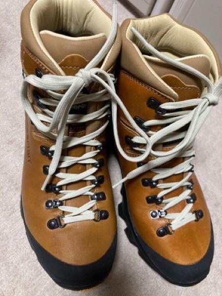 登山革靴についての質問です。 先日ZamberlanのVIZO LUX GTX RR WNSを購入したのですが、革靴に初めて手を出したのでどのようにお手入れをしてあげたらいいのか分かりません。 具体的にはこの靴に合うワックスとその使い方をご教授頂けると幸いです。よろしくお願いいたします。 もしよろしければ使用後のお手入れも教えていただきたいです!