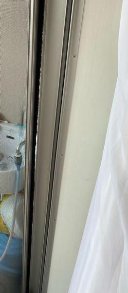 網戸の隙間について。 子供が突っ込んで網戸が外れたたりした事もあり、きっと網戸の枠が少し歪んでいるんだと思います。上下は隙間がありません。コバエが発生するので対策をしたいのですが、建具側に隙間テープをもう一枚貼っても大丈夫だと思いますか?やめた方がよいですか? どうすればよいか知恵をお貸し下さい! よろしくお願いします。