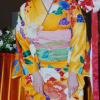 今年の成人式に出席していない娘の振袖後撮りについての質問です 振袖は、私が祖母と母から買ってもらったものを着る予定です オレンジにも見える鮮やかな黄色で 白、青、赤の大きな牡丹柄です 帯は黄緑色です 私が、成人式をしたときは帯締めと帯揚げはピンクを使っていました(写真添付)  髪飾りは知り合いのお花屋さんに赤ベースにピンクを散らして作ってもらうつもりです  今回、娘用に 草履 帯締め 帯揚げ...