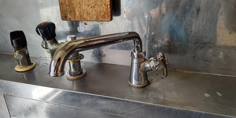 食洗機の分岐水栓の取り付け可否について質問です。 転居先の水栓が写真のようなタイプですが、型番が分からず取り付け可否が分かりません。 メーカーはjanisのようです。 写真の奥に写っているのは恐らく湯沸かし器のガス栓と水栓だと思います。 この水栓で食洗機は使用できるのでしょうか?
