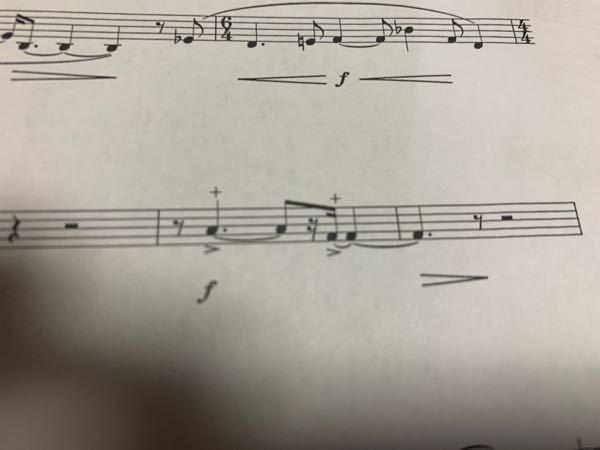 ホルンの楽譜です。 この+マークみたいなのってなんの記号でどういう意味なのかを教えて欲しいです。お願いしますします! 吹奏楽 ホルン アンサンブル