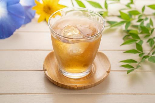 麦茶に砂糖を入れる。 甘い味の麦茶。 甘い麦茶は好きですか? 私のおばあちゃんがよく作っていました。