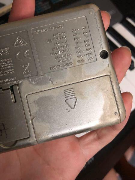 YAMAHAチューナーの電池を入れるところが変色しています。電池を入れ替えても使えなくなってしまったんですが、古い電池の液体?が溢れて故障してしまったんですかね?