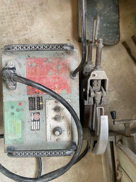 スポット溶接機について質問です。 先日板金屋さんから古くなったスポット溶接機をいただいたのですが使い方がわからず困っております。 画像を添付させていただきますのでどなたかわかる方回答のほどよろしくお願いします。 なお電源が入るかどうかの確認は出来ております。