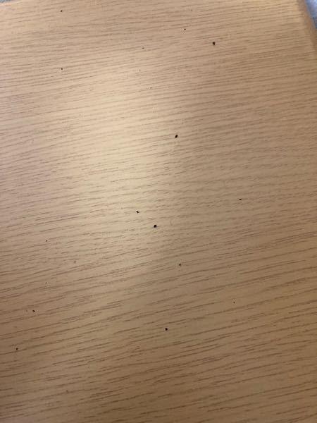 【至急回答お願いします】 エアコンの下の机に黒いものが落ちていました。 直径は0.5mmくらいです。 触ったらすす?のように乾燥していたのですがこれはゴキブリのフンでしょうか。