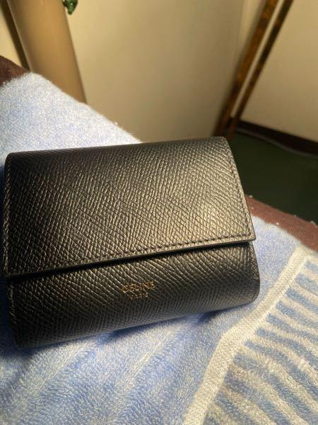 19歳男です!初めてのボーナスで、ずっと買いたかったセリーヌのカーフスキンの財布を衝動買いしました。 4ヶ月ほど使用した時に、セリーヌのロゴの方がカバンに入れて使用していた時に剥がれてきて1年後...