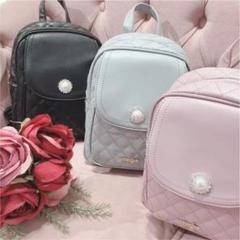 このevelynのノベルティバッグって量産型の方が身につけていたら芋って思われますか ?( ; ; ) あと、黒かピンクでしたらどちらが良さそうですか? 拾い画ですので画質悪くてすみません、、