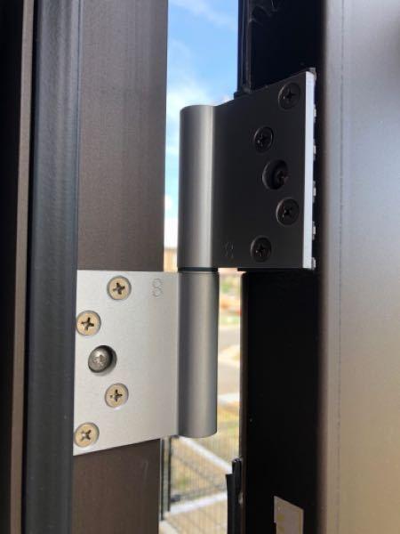 勝手口の鍵のかかりが悪く途中で引っ掛かります。少し扉と扉の枠の隙間が広い感じで蝶番で調整出来ると思うのですがどのネジをまわせば扉の枠側に動くのか分かりません… どなたか、教えて下さい。