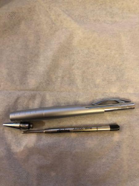 文房具に詳しい方!!回答お願いします。 こちらのボールペンの芯のみ別メーカーに替えたいのですが、可能でしょうか? 可能な場合、そのメーカー名、型番等も教えて欲しいです。 ●ボールペンのメーカー rotring(ロットリング) ●今入っている芯の詳細 ※芯側面に書いている文字を記載します ・メーカー:rotring ・jumbo-Mine ・Giant Refill ・dokumentenecht ・DIN 16554/2 ・R 074 456 ●替えたい芯 メーカーというより、JETSTREAMのような書きやすい芯ならなんでも良いです。 今の芯があまりにかすれるし書きづらいため。 rotringのボールペンのデザインが気に入っているので使いたいのですが、 芯が書きづらすぎるため、使えません...。 もし、この芯の代替用が存在しない場合、 別メーカーの芯を改造してでも使いたいのですが、それについてアドバイスや具体的な手法など教えていただけますと幸いです。 よろしくお願いいたします。