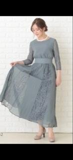 結婚式の服装について 初めての友人の結婚式に行くので ドレス等全て購入するのですが… ネイビーのドレスの場合 バッグと靴は、ベージュor黒 どちらがいいでしょうか? もしかしたら画像のよう...