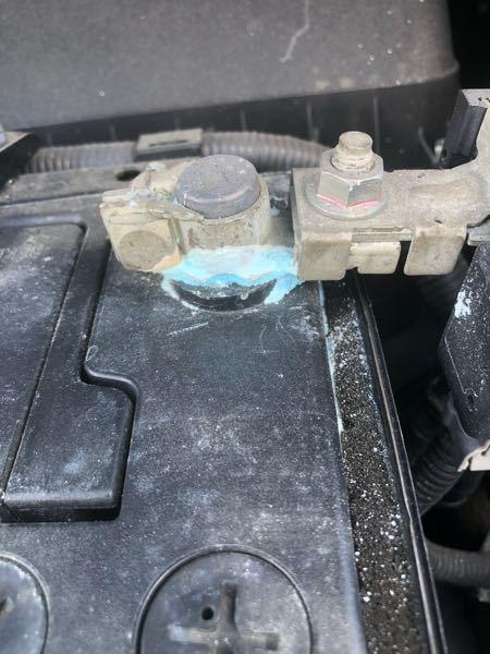車のバッテリーマイナス端子のところの、潮が吹いたみたいになってますが、これってどうしてなるんですか??