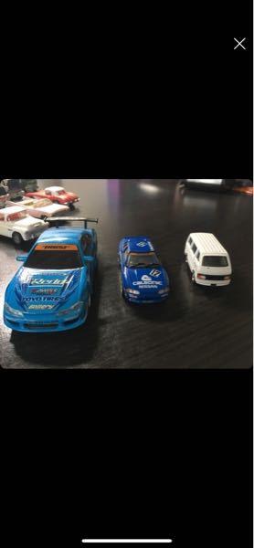 左から車種を知りたいです!! 真ん中は多分GT-R 32だと思います。