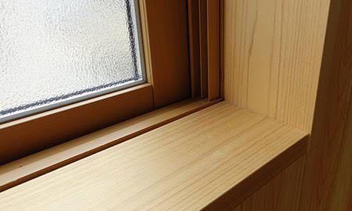 このような窓際に水槽を直接設置は危ないでしょうか?