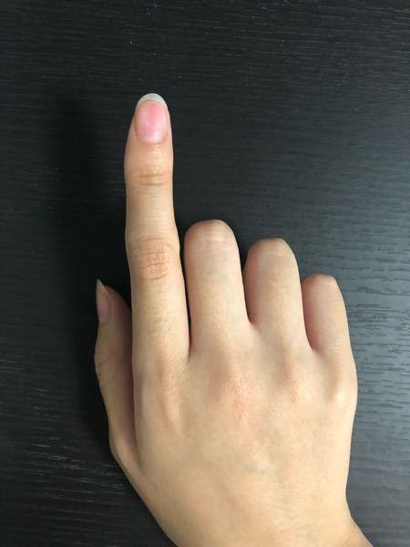 爪の磨きすぎについての質問です。 普段あまり爪を磨かないため適度な具合が分からず、たぶん磨きすぎてしまいました。赤みがある部分を押すと若干凹み、軽い痛みもあります。 爪への衝撃でこれ以上損傷するのが怖いのですが、手持ちのベースコートなどで補強をするのは大丈夫でしょうか。また、効果的なケアなどがあれば教えていただきたいです。