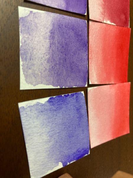 透明水彩について質問です。 画像の水彩絵具はマイメリブルーなのですが、ハーフパンに出しておいたものを溶いて水彩紙に塗ってみたのですが、紙に滲み(?)にくい色があり、特に画像の下の紫色2色がグラデーションしようとしても上の赤色のように綺麗に出来なくて、色が綺麗に馴染まないのですが、これは湿気や保管が理由でこうなってしまうのでしょうか?詳しい方回答をお願いします。m(_ _)m
