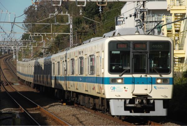 藤沢駅から片瀬江ノ島駅までの道のりを江ノ電に今度の日曜日乗ろうと思ってます 藤沢駅から片瀬江ノ島駅に行く時 江ノ電(緑の可愛いやつ)に乗れると思ってるのですが 調べたら以下の写真のようなのが出てきました 全部が全部緑の車両じゃないということですか? 緑の車両に乗りたいのですが、それが分かるサイトとか時刻表(?)的なのを教えて貰えると有難いです