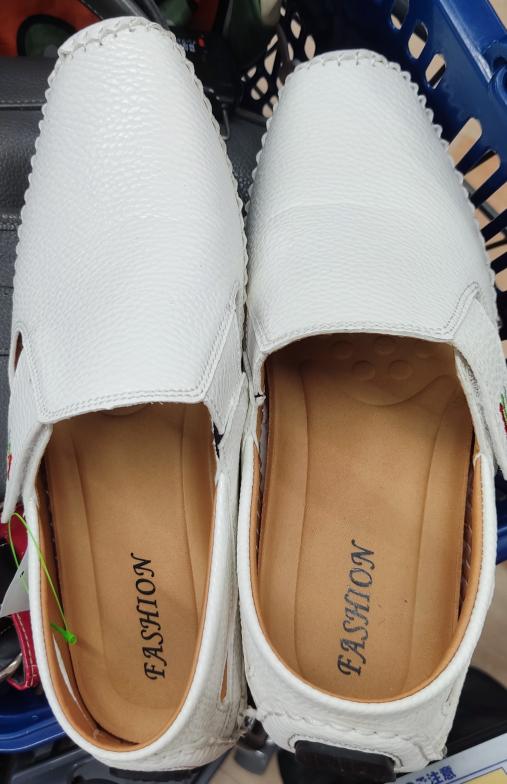 靴のことで、聞きたいです。 こちらの靴は、fashionというメーカーですが、この靴がなかなか出てきません。 なので、この靴はおいくらしたのか、聞きたいです。 よろしくお願い致しますm(_ ...