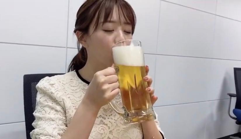 女子アナがビアガーデンやアルコール飲料の取材を行う際にお酒の試飲をしていることがありますが、お酒に弱い体質のアナウンサーも当然いると思います。 そう言った人はビアガーデンやアルコール飲料の取材から事前に外れると思いますか? 少し飲んだだけで真っ赤になったり気分が悪くなる人にとってそういう取材は辛いと思います。 また、この写真はテレビ東京の森香澄アナですが、お酒の取材をしているということはお酒が強い体質の人だと思いますか? 明日のテレ東の飲み会企画のYoutubeでも森アナはビールを飲みながら企画に参加するそうです