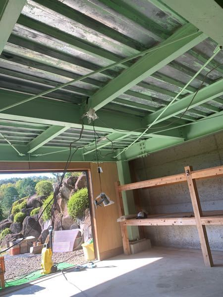 ここに 天井を板張りしようと思うのですが 錆など問題ないでしょうか? 折半屋根になっており隙間があるので虫などが心配ですが大丈夫だと思いますか?