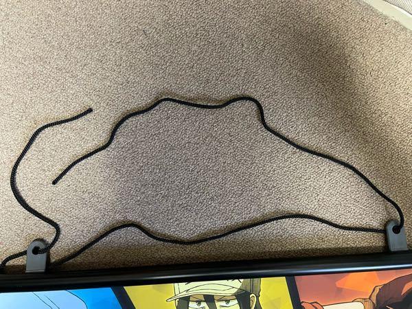 アニメのタペストリーなのですが、紐が繋がってるタイプのものしか買ったことがなくこういう形状の物はどうやって引っ掛けられるようにするのか教えて頂きたいです。 普通に紐の先を結ぶだけだと不格好で間違ってるように見えます……。よろしくお願いします。