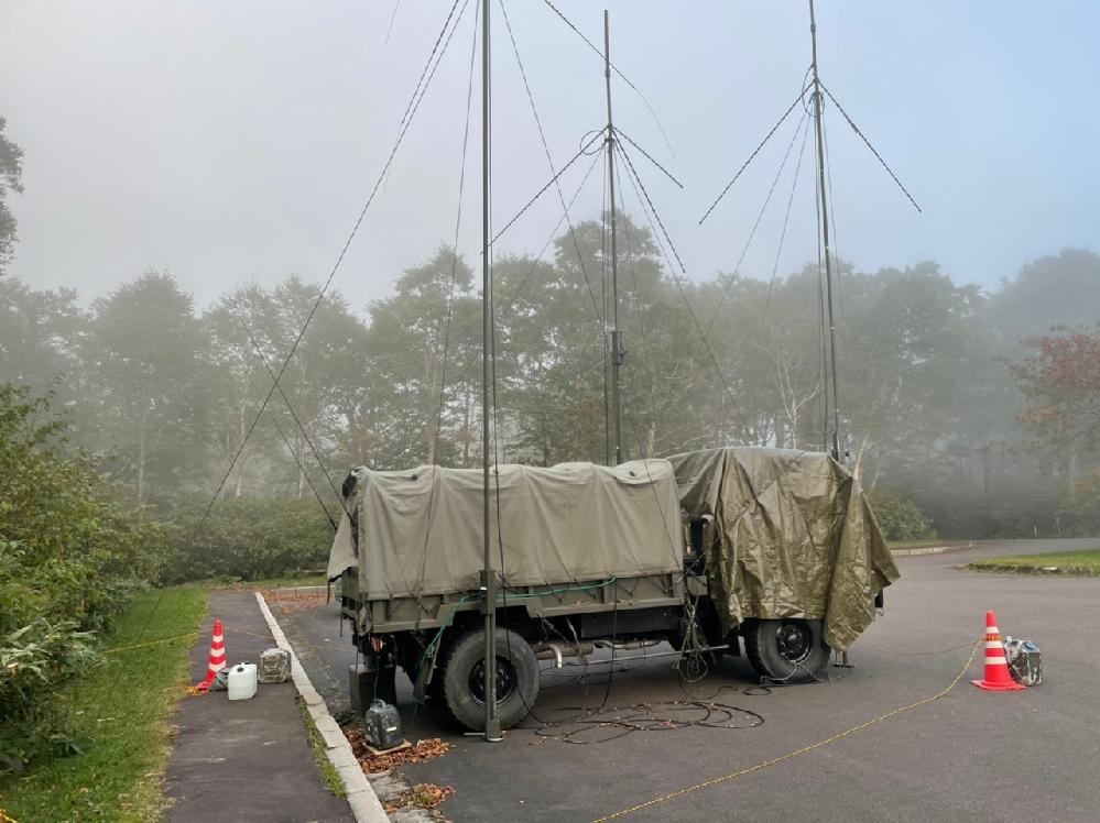 自衛隊の車両だと思うのですが、 今日、十和田湖御鼻部山脇展望台に停まってました。 アンテナのようなものを複数上げていました。 無人で後ろてポータブル発電機が動いて車内に電気を取り入れていました。 何をしているのでしょうか?
