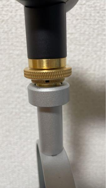 Blue yetiのマイクアームの金色のネジの部分が下のネジの方と固く締まってしまったんですがこれってどちらに回せば緩みますか?