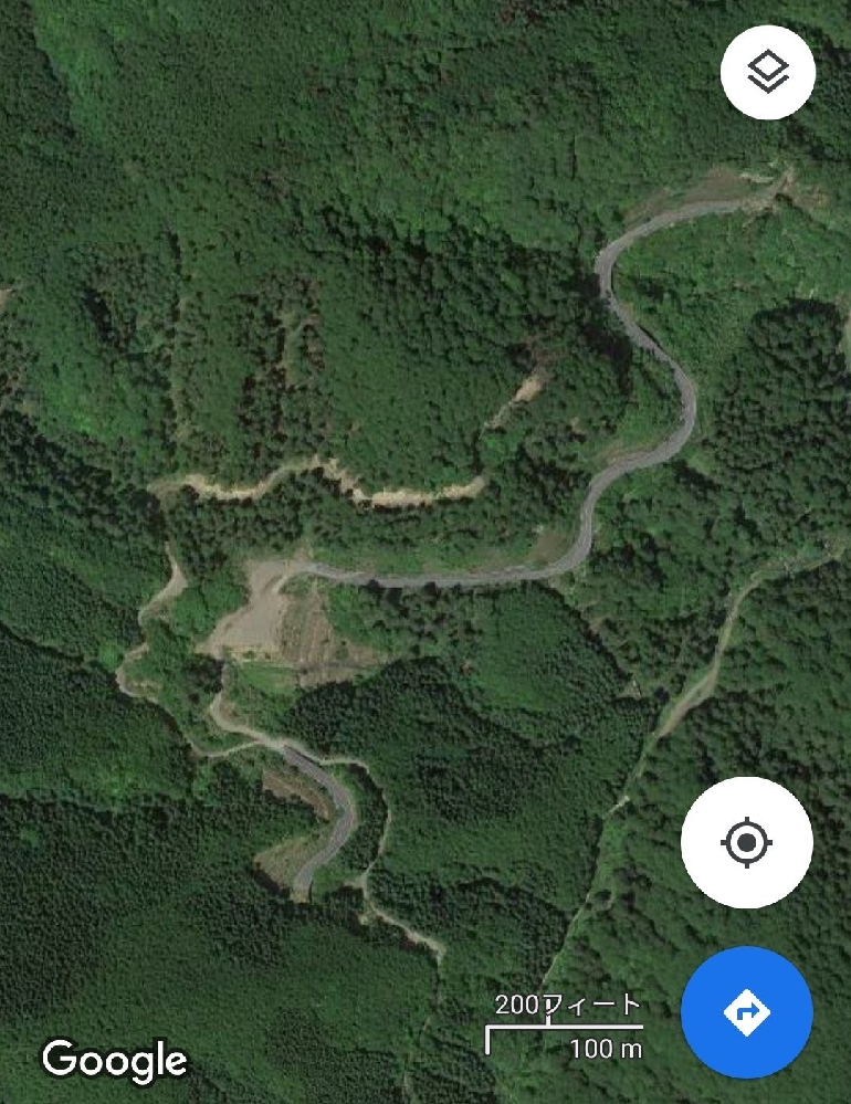 この写真の場所わかりますでしょうか。文字もなく山道なのですが見当もつきません。