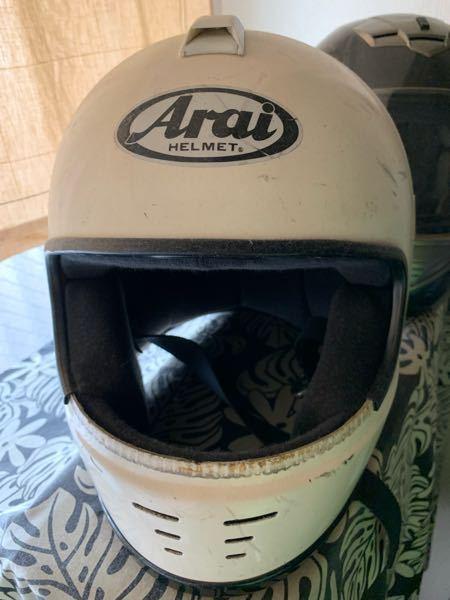 araiのヘルメットに関する質問です。 こちらのaraiフルフェイス、おそらくラパイドというモデルなのですが、製造年月が011186と記載されているので80年代のものかと思われます。 こちらの...