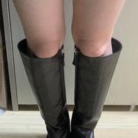 ロングブーツをネットで買ったのですが… 横の余ってる部分なんですけど、こんだけ空いてるって事は大きいってことですよね…?