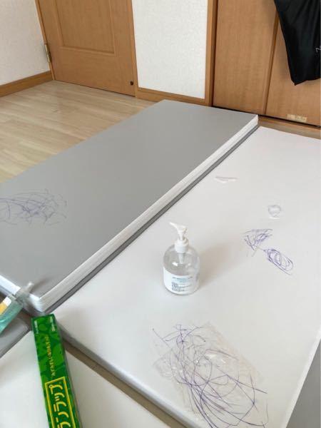 【急募】 合皮のマットに油性のボールペンの跡を消す方法を教えてください… 色々調べたのですが取れませんでした… どうにかとる方法はありますか?