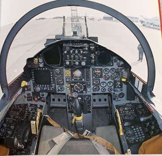 これは何の戦闘機のコックピットだと思いますか?