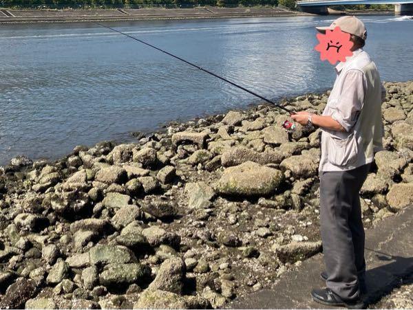 運河沿いの護岸の端で釣りをしていたら、ガラ空きなのに私の近くにオジサンが入っきました。 暫くすると私のところにやってきて オジサン「すみません、そこいいですか?」 自分「いや、今やってるので、ごめんなさい。でもランガンしてくので直ぐに空きます。」 オジサン「そうですか。」 で、この直後のオジサンの行動が腹立たしくて、写真の距離感で私の横に張り付いて、私が仕掛けを送り込んでいるポイントの直ぐ側にオジサンも投げてきたんです。 私「えっ?すみません、ちょっと近過ぎるのでもう少し離れて貰えませんか?」 オジサン「…」 自分「あの〜、すみませ〜ん。」 オジサン「…」 自分「聞こえてますか?」 オジサン「…」ガン無視です。写真は黙りを決め込んでいる様子。 その後も私の近くに仕掛けを投げ込んできたので5回くらい呼び掛けましたが全て無視されました。 こんなんじゃ魚が散るし仕掛けが絡まるのも嫌なので、不本意ながら私から場所を移動しました。 私「どうぞ、空きましたよ。」 オジサン「いいの?」 私「話せるんじゃねぇか、クソジ〇ィ 」 このオジサン何度かこの場所で見たことがあり、いつもこの場所に陣取ってます。 自分の縄張り、歳取ってる方が偉いと思いこんでいる様子です。 このジジイに制裁を与えるにはどうすれば良かったでしょうか? 今後、このオジサン対策どうすれば良いでしょうか?